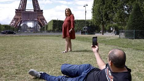 """Pariisin lähellä asuvat Souhila ja Makhlouf ihmettelivät tyhjää Pariisia. """"Surullista"""", Souhila sanoi."""
