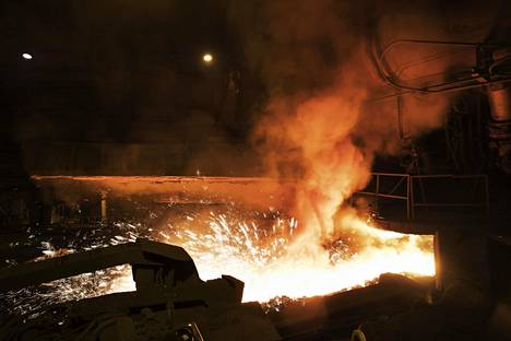 Raudanlaskua SSAB:n Raahen tehtaan masuuneilla.