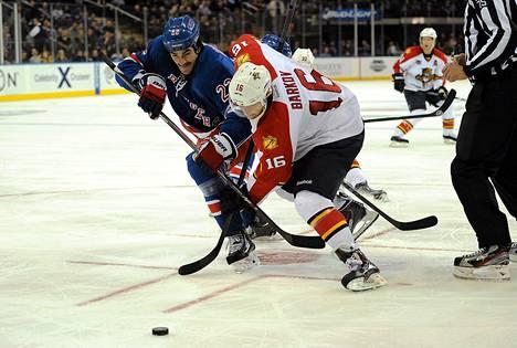 Floridan Aleksandr Barkov väänsi New York Rangersin Brian Boylen kanssa.