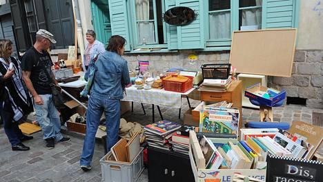 Ihmiset katselivat myynnissä olevia tavaroita Lillen perinteisillä markkinoilla vuonna 2013. Markkinat on tänä vuonna peruttu.