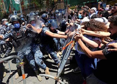 Poliisi ja mielenosoittajat olivat vastakkain Beirutissa toukokuun lopussa järjestetyssä mielenosoituksessa.