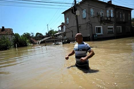 Mies yrittää ylittää katua Bulgarian Miziassa 3. elokuuta.