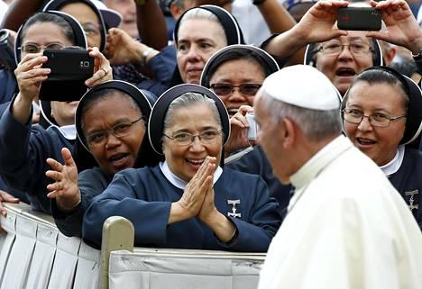 Nunnat tervehtivät paavi Paavi Franciskusta Pietarinaukiolla Vatikaanissa kesäkuussa 2015.