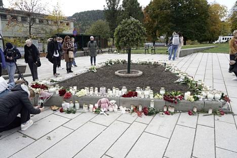 Ihmiset toivat kukkia iskussa kuolleiden muistolle Kongsbergissa.
