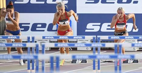 Lotta Harala (keskellä) naisten 100 m aitajuoksun loppukilpailussa yleisurheilun Kalevan kisoissa Turussa 14. elokuuta 2020. Nooralotta Neziri (vas.) ja Annimari Korte juoksivat viereisillä radoilla.