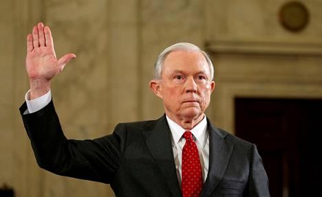 Jeff Sessions todisti senaatin oikeusvaliokunnan edessä tammikuussa ennen kuin hänet valittiin oikeusministeriksi. Sessions väitti tuolloin, ettei hän ole ollut yhteyksissä venäläisiin.