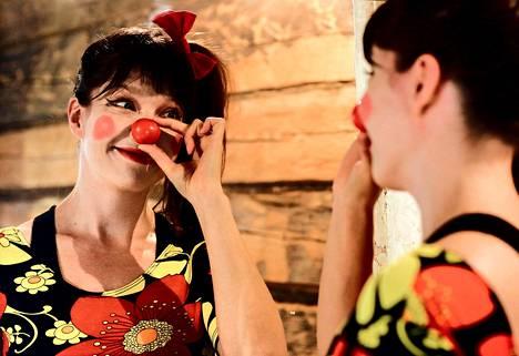 """Klovnin työ on opettanut Elina Perttolaa nauramaan itselleen. """"Minusta on aina tuntunut, että olen höpsö. Klovnius on keino hyödyntää sitä. Se on tuonut rakkauden höperyyttäni kohtaan"""", Rosaliiksi pukeutunut Perttola sanoo."""