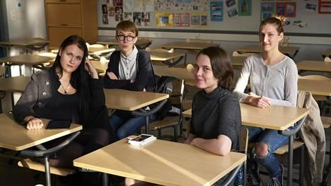 Peperonia Kontinen (vas), Anna Mäki-Jyllilä, Emma Myllynen ja Sara-Inari Pohjonen Kallion lukiosta eivät ota digiloikkaa varauksetta vastaan.