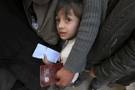 Pieni poika odotti YK:n Maailman ruokaohjelman avustusten jakoa Dumassa Damaskoksessa maaliskuun lopussa.