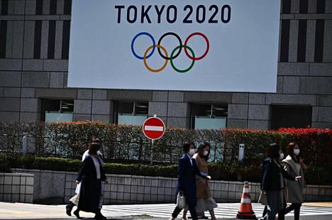Tokiolaiset ovat suojanneet kasvonsa hengityssuojilla koronavirusepidemian takia.