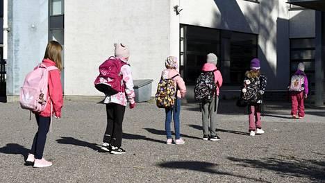Peruskouluissa ja varhaiskasvatuksessa palattiin lähiopetukseen torstaina 14. toukokuuta. Oppilaat jonottivat turvavälein kouluun pääsyä Vantaalla Jokiniemen koulun pihalla.