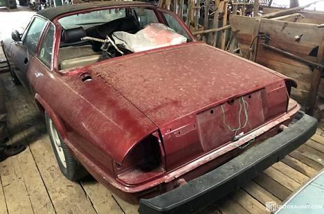 Jaguar oli alun perin kullanvärinen, mutta maalattiin myöhemmin punaiseksi.