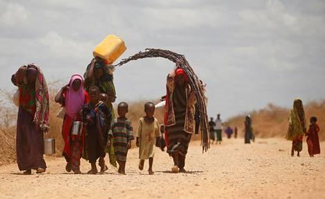 Kuivuutta paenneita ihmisiä saapui telttaleiriin tavaroitaan Baidoassa Somaliassa maaliskuussa 2017.