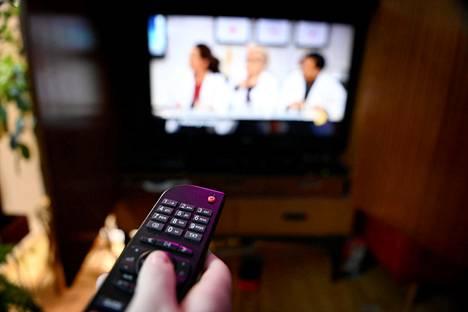Suomalaiset katsoivat viime vuonna tv-ohjelmia keskimäärin 2 tuntia ja 47 minuuttia päivässä.