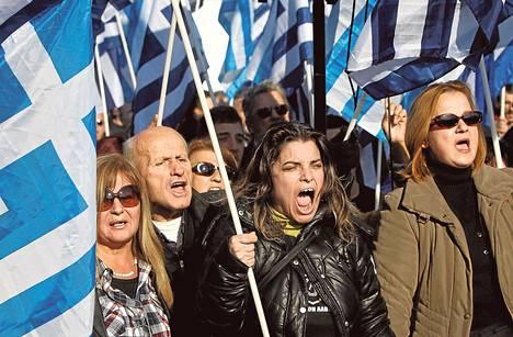 Kultaisen aamunkoiton kannattajat osoittivat joulukuussa mieltään Ateenassa, jonka lähiöön suunniteltiin ensimmäistä virallista moskeijaa.