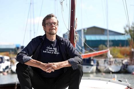 Tapio Koivukari on seilannut 60 vuotta seitsenmetrisellä puuveneellä, jonka hänen isänsä rakensi 1959, hänen synnyinvuonnaan. Koivukari antoi sille lukiovuosina islantilaisen nimen Halldís aavistamatta, että Islannista tulisi hänen toinen kotimaansa.