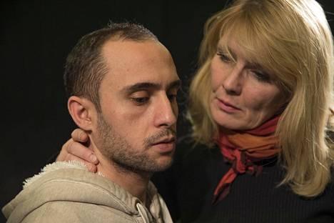 Omar Albajare ja Mira Kivilä esiintyvät Kirjeitä Mosulista -näytelmässä.