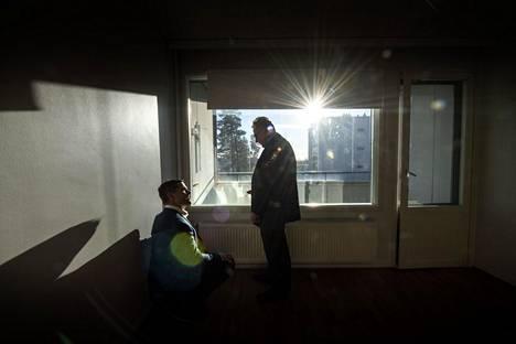 Jatkossa tämäkin asunto lämpiää maalämmöllä. Thomas Luther Leasegreenistä ja Matti Lindfors Varmasta tutkivat patterin termostaattia.