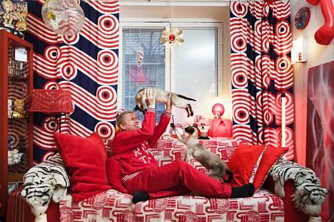Punaista, punaista, punaista. Taiteilija Toni Kitti asuu kolmen kissansa kanssa yksiössä, jonka hän on sisustanut vastaamaan sisäistä kokemusmaailmaansa.