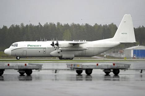 Vankikuljetuksista epäilty Prescott Support -yhtiön Hercules-kuljetuskone havaittiin Seutulan kentällä 16.5.2003.