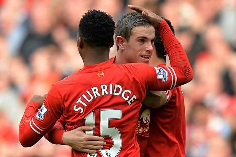 Liverpoolin 4–0-maalin laukonut Jordan Henderson (kesk.) sai onnittelut Daniel Sturridgeltä (vas.) ja Luis Suarezilta.