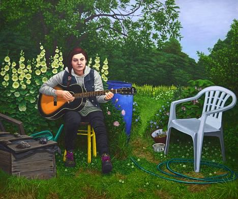 Slotten maisemissa on pysähtynyttä odotusta. Uusi laulu (2019) kasvaa hiljaisessa puutarhassa muovituolilla istuen.