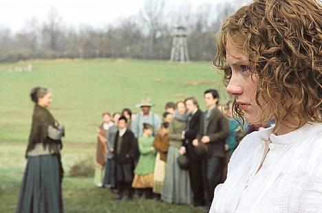 Ivy Walker (Bryce Dallas Howard) ja muut kyläläiset uskovat lähimetsän outoihin olentoihin.