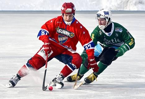 Anssi Hännisen (vas.) edustama HIFK oli pari potkua Jouko Turpeenniemen Akillesta edellä ja eteni jääpallofinaaliin välierävoitoin 2–1.