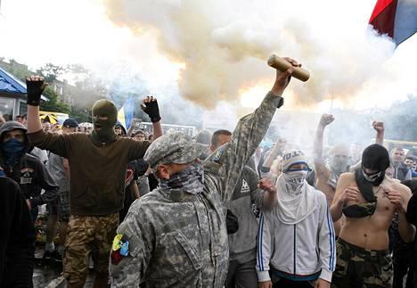 Mielenosoittajat protestoivat Venäjän suurlähetystön edessä Kiovassa lauantaina.
