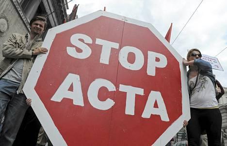 Mielenosoittajat vastustivat Acta-sopimusta Brysselissä 9. kesäkuuta.
