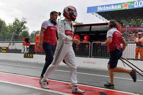 Kimi Räikkönen joutui tulemaan varikolle jalkapatikalla ajettuaan Alfa Romeonsa rengasvalliin aikaajossa lauantaina.