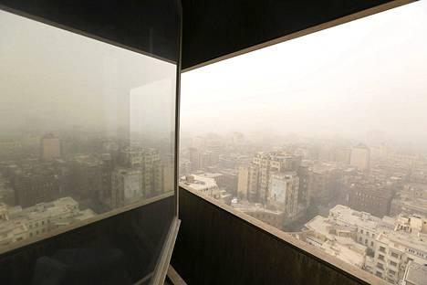 Raju hiekkamyrsky pyyhkäisi Lähi-Idän yli tiistaina. Libanonissa kaksi ihmistä sai surmansa ja satoja loukkaantui. Kuva on Kairosta, Egyptistä.