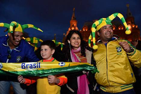 Useiden maiden kannattajat ovat jo aloittaneet kisavierailunsa Venäjällä. Brasilian fanit kuvattiin Kremlin liepeillä maanantaina.