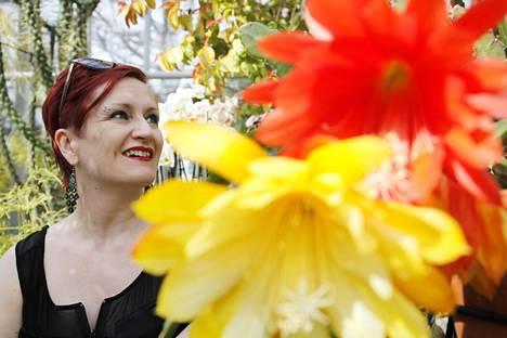 Sexpon puheenjohtaja Tiia Forsström kuvattiin Kaisanniemen kasvitieteellisessä puutarhassa Helsingissä.