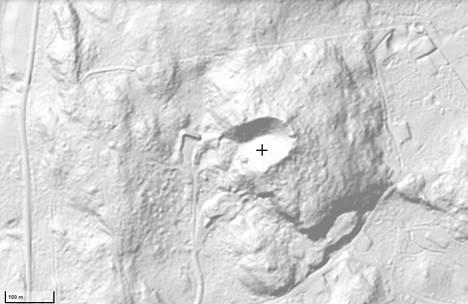 Maanmittauslaitoksen Terrikallion rinnevarjostuskuvasta erottuu yhä hyvin ristin kohdalla oleva yli satametrinen räjähdyskraatteri.