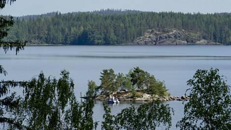 Luonterin männikköiset kalliorannat ovat pääosin rakentamattomia.