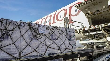 Köyhiä maita auttavan YK:n Covax-ohjelman rokotekuljetus saapui maaliskuussa Etiopian pääkaupungin Addis Abeban lentokentälle.