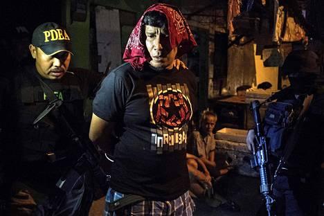 Filippiinien poliisi ja huumevirasto ottivat kiinni huumekauppiaaksi väitetyn miehen pääkaupunki Manilan eteläpuolella helmikuun lopussa.