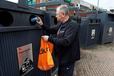 Helsingissä valvontakameroista luovuttiin. Seppo Jumppanen käyttää yleensä Helsingin Puistolan kierrätyspistettä. Häntä harmittavat keräysastioiden liian pienet suuaukot.
