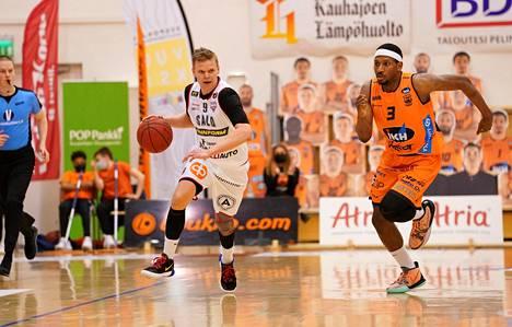Salon Vilppaan Teemu Rannikko ja Kauhajoen Karhu Basketin Anthony Hilliard kohtasivat torstaina Korisliigan ensimmäisessä loppuottelussa.