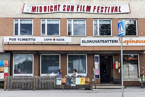 Jäämerenkadulla sijaitseva elokuvateatteri Lapinsuu on yksi festivaalialueen näytöspaikoista. Annakaisa Ylitalo ja Henna Nordman nauttivat rauhallisesta, yllättävän kotoisastakin festivaalitunnelmasta.