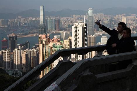 Mannerkiinalaisia turisteja ihailemassa Hongkongin maisemia.