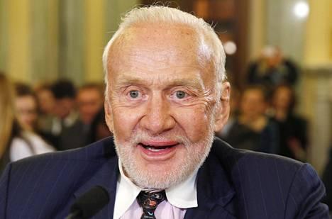 """Edwin """"Buzz"""" Aldrin oli Yhdysvaltojen senaatissa kuultavana avaruuden valloittamisesta ja sen kaupallisesta käytöstä helmikuussa 2015."""