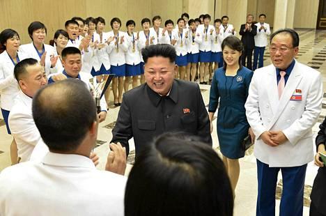Kim Jong-Un tapasi vaimonsa Ri Sol-Jun kanssa Pohjois-Korean menestyneitä urheilijoita.
