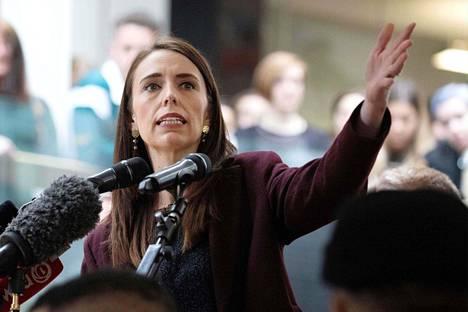 Työväenpuoluetta edustava pääministeri Jacinda Ardern kampanjoi tiistaina yliopistolla Wellingtonissa.