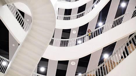 Metropolia-ammattikorkeakoulun uusi kampus on valmistunut Myllypuroon. Rakennuksessa on näyttävä portaikko.