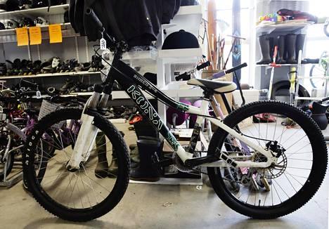Pyöräkauppa myi asiakkaalle käytetyn maastopyörän 475 eurolla. Uuden pyörän suositushinta oli 3999 euroa. Kuvituskuva.