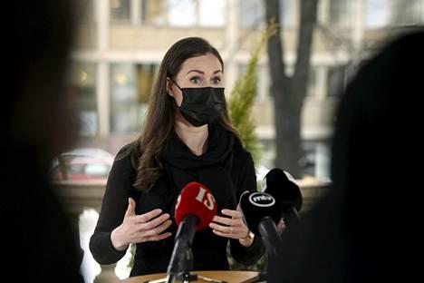 Pääministeri Sanna Marin (sd) puhui tiedotusvälineille Säätytalon edustalla torstaina.