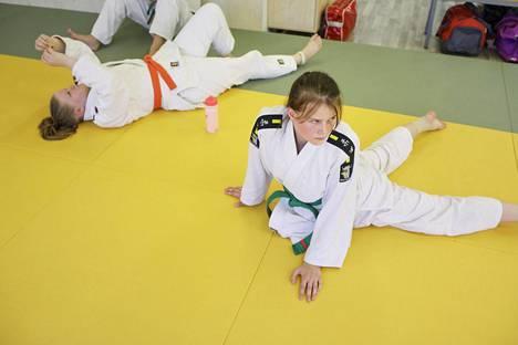 Judoka Jenna Helinin (oik.) nilkka on ollut kipeä pitkään, vaikka hänen lajinsa on fyysisesti monipuolinen.