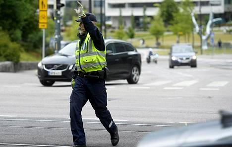 Poliisi ohjasi Mannerheimintien liikennettä EU:n epävirallisen ympäristöministerikokouksen aikana 11. heinäkuuta.